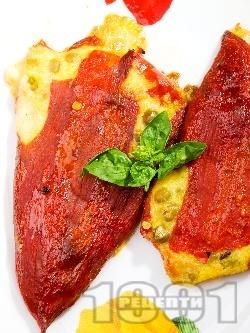 Постни печени червени чушки пълнени с качамак, сирене, яйца и грах - снимка на рецептата
